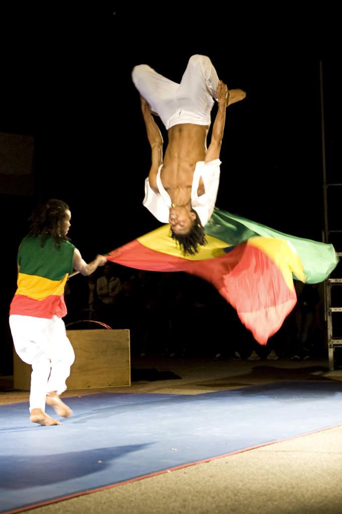 Compagnia Fekat Circus (ETIOPIA) - Makeda e l'acrobatica fuga dell'arca - Festival Mirabilia 2011 - ph Andrea Macchia